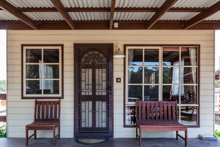 Historic cabin front porch and entrance with windows and benches Stockfoto