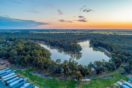 Holiday park cabins on the shores of Murray RIver in Moama, NSW, Australia Stockfoto