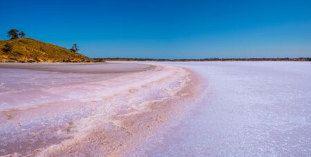 Panorama of pink Lake Crosbie in Australia 스톡 콘텐츠