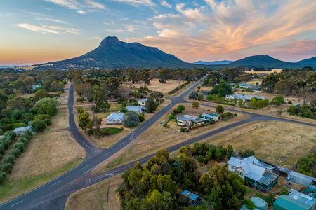 Dunkeld township and Mount Sturgeon at sunset in Victoria, Australia 版權商用圖片 - 138380210
