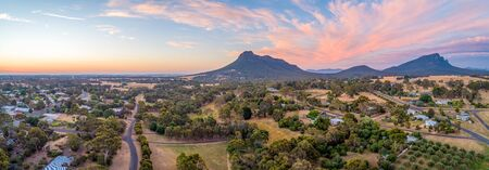 Wide aerial panorama of Mount Sturgeon and Dunkeld township at dusk 版權商用圖片
