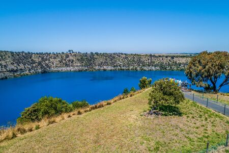 Aerial view of tourists admiring the Blue Lake in Mount Gambier, South Australia 版權商用圖片