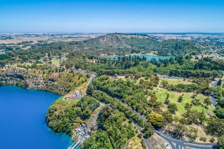 Aerial view of Blue Lake and Valley Lake at Mount Gambier, South Australia 版權商用圖片 - 138380436