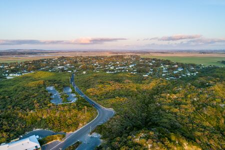 Surf drive road leading into Venus Bay township - aerial view Stockfoto