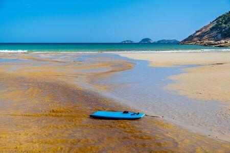 漂移在潮汐河水的Boogie板在诺曼海滩的海洋。Wilsons Prom,澳大利亚