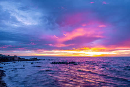 Vivid purple sunset over coastline in Australia 版權商用圖片