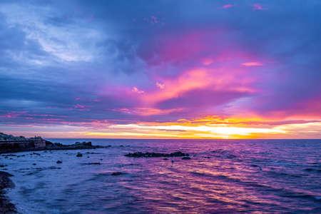 Vivid purple sunset over coastline in Australia Stockfoto