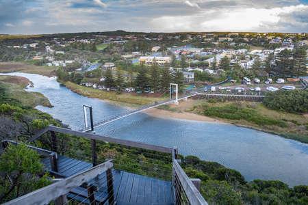 Scenic view of the Port Campbell Creek Pedestrian Bridge and the township in Victoria, Australia Standard-Bild
