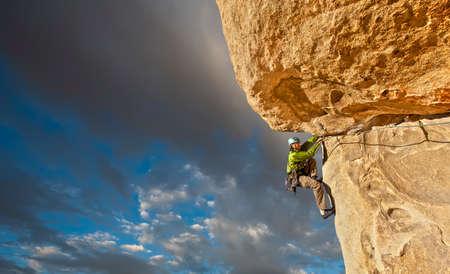 Humeur du jour... en image - Page 13 22374725-grimpeur-s-39-accroche-au-bord-d-39-une-falaise-difficile-a-joshua-tree-national-park