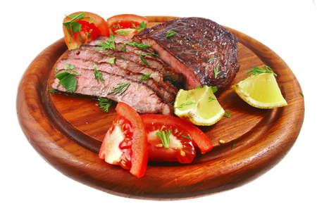 wood shelf: de carne de barbacoa en el estante de madera listos para comer