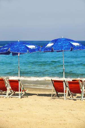 solter�a: mar con sillas de playa de arena de oro