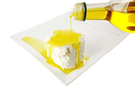 aceite de cocina: queso blanco con aceite de oliva en plato blanco
