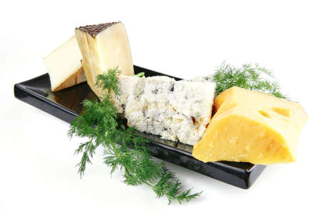 diferentes tipos de quesos envejecidos en plato de porcelana negro  Foto de archivo - 6592017