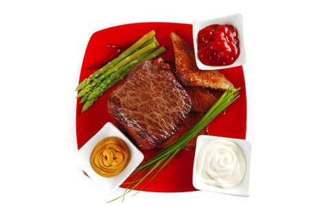 Brocken: Rindfleisch-Chunk auf rot Schale mit W�rze