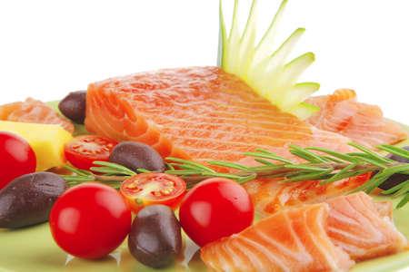 salmon ahumado: frescas fumaban filete de salm�n con verduras y Romero  Foto de archivo