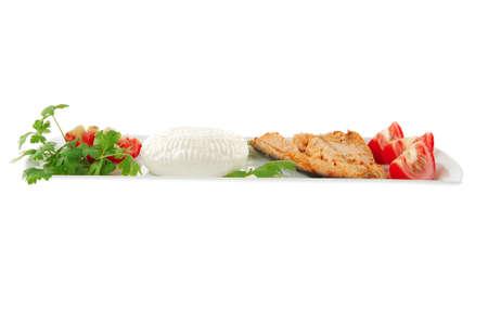 chinook: Chinook bistecca e formaggio su piastra bianca con pomodori