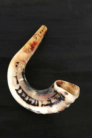 shofar: RAM corno (shofar) isolato su sfondo nero