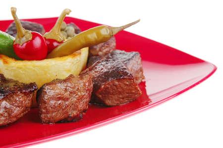 european food: alimentaria europea: a la carne de vacuno en placa de la china Roja aislado en fondo blanco con alcaparras y salsa de barbacoa Foto de archivo