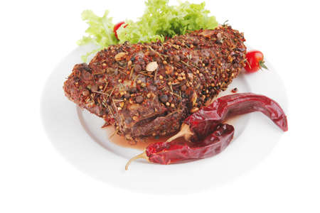 Brocken: Fleisch-Chunk und Salat auf wei�e Platte Lizenzfreie Bilder