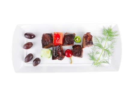 european food: alimentaria europea: Asado Goulache de carne de vacuno en plato blanco aislado en fondo blanco con verduras