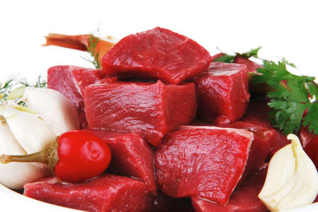 raw fresh beef meat slices in a white bowls with onion and red peppers isolated over white backkground Standard-Bild