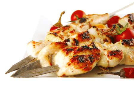 pollo arrosto: fresco arrosto pollo shish kebab su piatto bianco