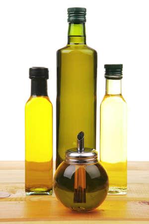 aceite de cocina: botella de aceite de oliva en la mesa de madera con fondo blanco Foto de archivo