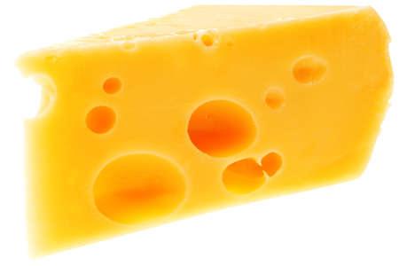 queso rayado: pedazo de queso parmesano franc�s aislado en un fondo blanco