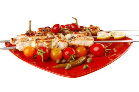 alcaparras: fresco asado shish kebab en plato rojo