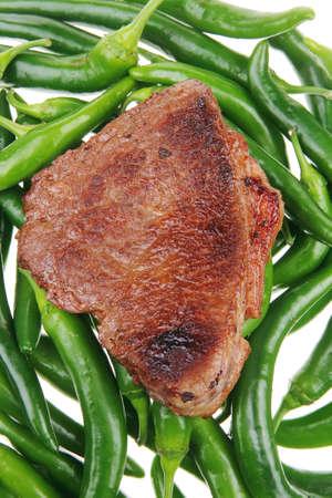 고기의: 고기 음식 : 흰색 뒷면에 녹색 핫 칠리 페퍼스에 구운 고기 스테이크 스톡 사진