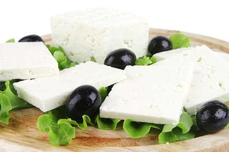 queso de cabra: queso feta en el plato de madera con ensalada