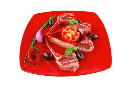 adn: las costillas se presentan en el plato con los tomates rojos y verdes