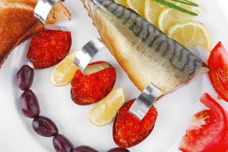 plato del buen comer: caballa ahumada y pan tostado con caviar rojo