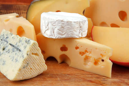 different cheeses served on wooding cutting board Banque d'images