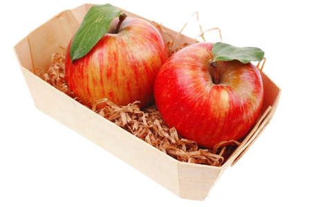 over packed: rosso mela matura fresca gemelli imballato con scatola di legno isolato su sfondo bianco