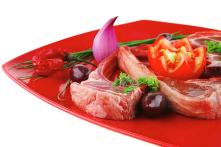 adn: costillas servido en plato rojo con tomates verdes adn