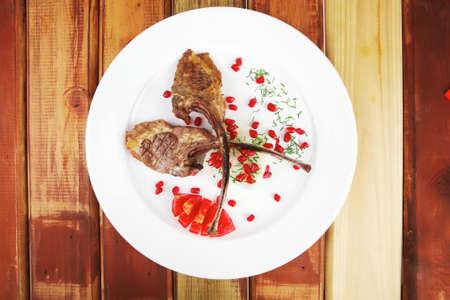 Fleisch Portion: gegrillten Rippchen mit Reis und Tomaten auf weiß serviert auf Holz Standard-Bild - 11777986