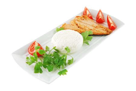 chinook: chinook bistecca e formaggio sul piatto bianco con pomodori