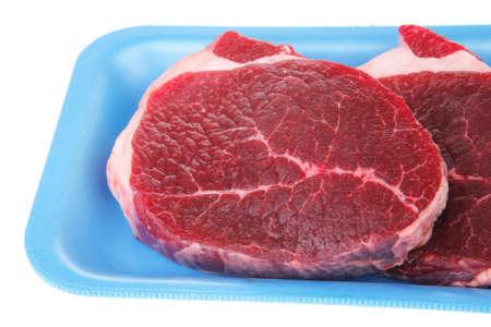 carniceria: Carnicer�a: carne de res cruda fresca mignon de filete de cordero grande listo para cocinar en una bandeja azul aislado sobre fondo blanco