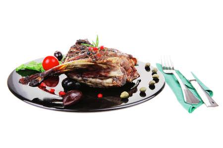 baby cutlery: las costillas a la parrilla del beb� en un plato negro con cubiertos