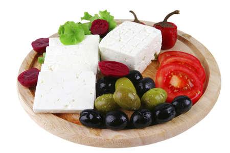 sloužil: bílý sýr podávaný na talíři se zeleninou