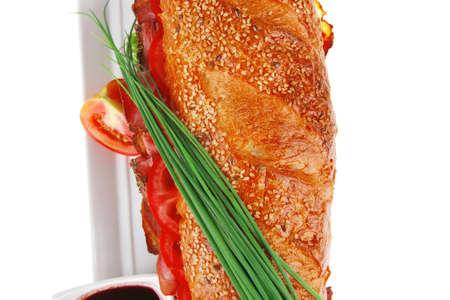 sándwich: baguette francés con larga salchicha de pollo ahumado con salsa en el plato aisladas en blanco Foto de archivo - 14522252