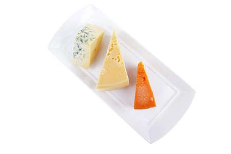 tabla de quesos: antiguo azul stilton roquefort con naranja cheddar y parmesano amarillo en placa con aisladas sobre fondo blanco Foto de archivo