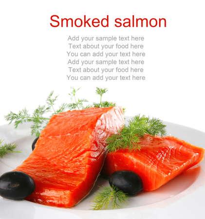 salmon ahumado: sinlge poco salm�n en un plato grande de color blanco