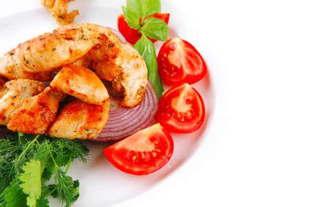 carne de pollo: imagen de la carne de pollo y verduras en el plato Foto de archivo