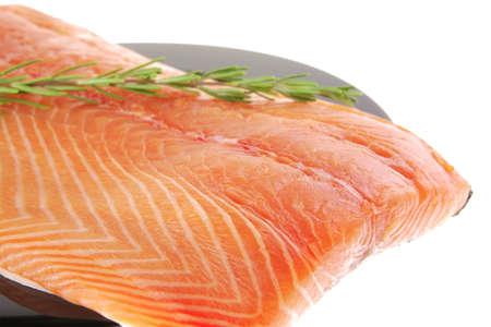 salmon ahumado: Filete de pescado fresco crudo rojo en negro sobre blanco con romero