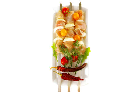 pollo crudo shish kebab en blanco largo photo