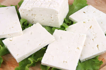 white goat cheese served on wooden plate Standard-Bild