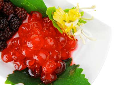 dessert plate: dolce bacche selvatiche servito sul piatto da dessert bianco Archivio Fotografico