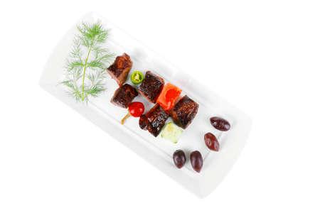 european food: europeo de alimentos: goulash carne a la parrilla en plato blanco con tomate crudo, el eneldo y aceitunas